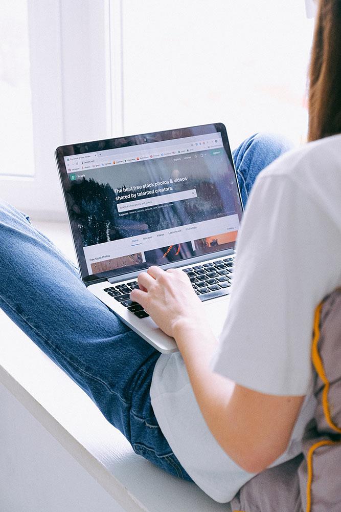 Mujer navegando website con notebook