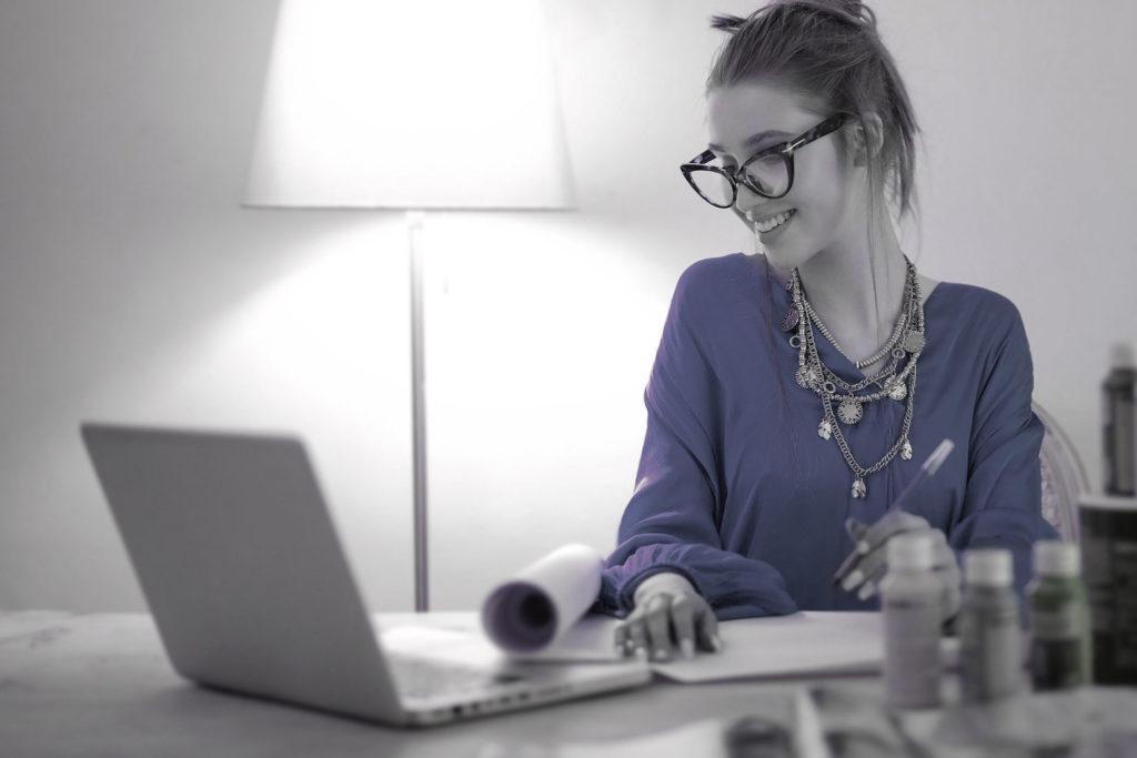 Mujer vendiendo online